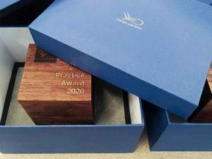 Award aus Nussholz in Verpackung