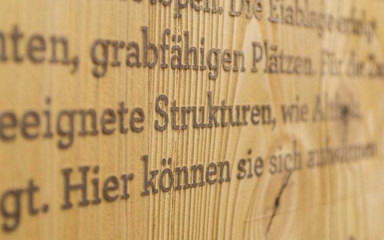 Holzschild mit Buchstaben